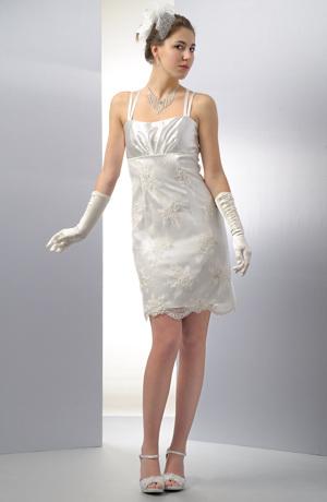 Krátké pouzdrové rámínkové svatební šaty s krajkou.