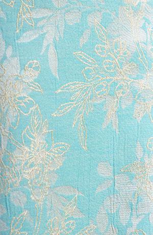 Šaty na svatbu se sedlem v jemné tyrkysové barvě se zlatou.