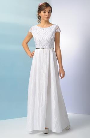 Svatební šaty s bohatou skládanou sukní a výšivkou na tylovém živůtku.