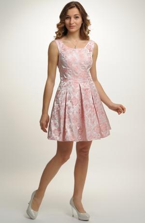 Luxusní mini šaty zdobené zajímavým materiálem