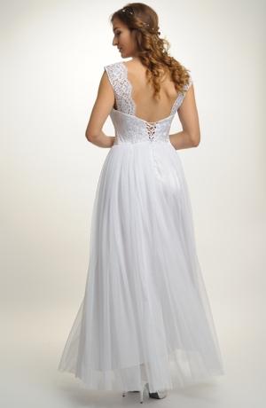 Krásné svatební šaty s dlouhou kolovou sukní.
