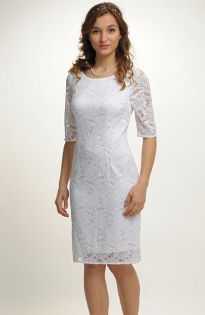 Bílé krajkové šaty na svatbu