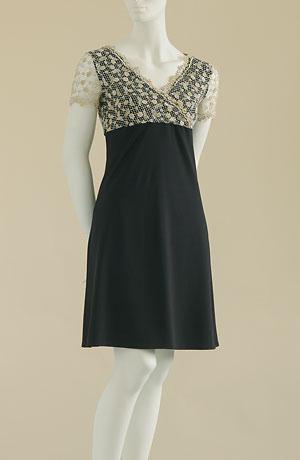 Dívčí společenské šaty do sedýlka s krajkovými rukávky.