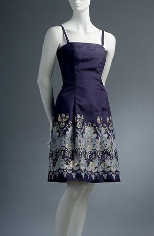 Šaty se sklady materiál s zlatostříbrným potiskem zapínání vzadu na šněrování