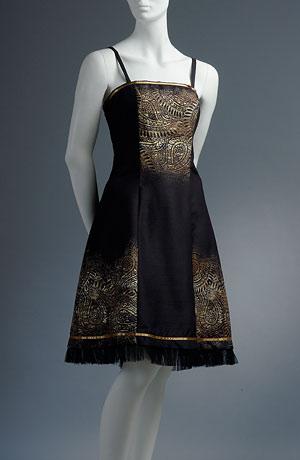 Princesové černé šaty se zlatošedým potiskem zdobené stužkou.