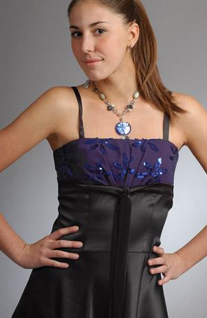 Krátké luxusní šaty na ples zdobené flitrovým sedýlkem.