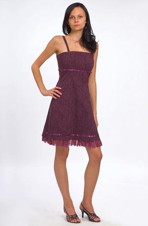 Modní šaty fialové barvy zdobené lesklou stuhou v barvě.