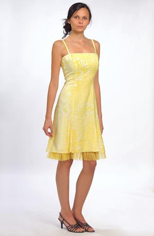 Letní šaty ve žluté barvě s dezénem bílého květu.