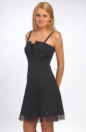 Černé minišaty do sedýlka se stuhou pod prsama a tylem u sukně mají šněrování na zadním díle.Elastický bavlněný materiál a mírně rozšířený střih sluší všem velikostem a všem věkovým kategoriím dívek i žen.Šaty jsou nad