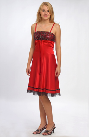 Červené šaty na tanec s flitrovým sedlem