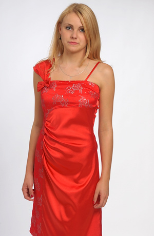 Společenské šaty zdobené krajkovým tylem.