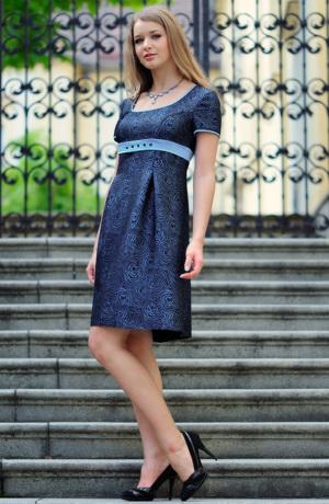 Dívčí empírové společenské šaty s rukávky a zdobenou stuhou.