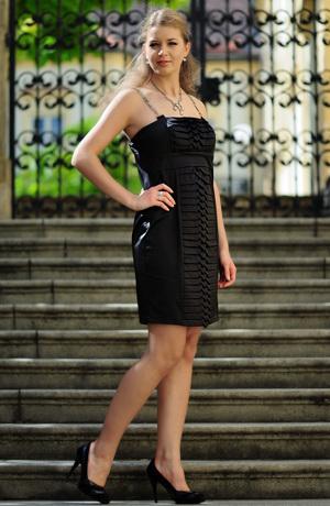 Černé šaty na řetízková ramínka se skládanými pruhy.