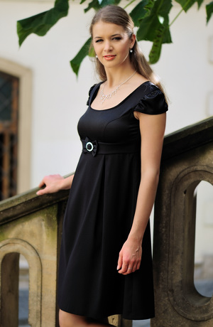 Malé černé šaty v empírovém střihu s malými rukávky.