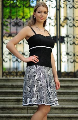 Černobílé šaty na ramínka s kolovou sukní a portou.