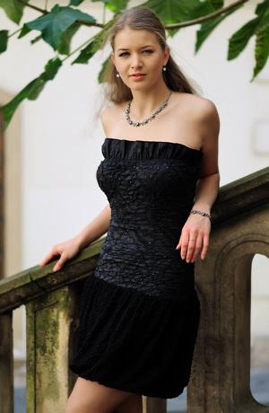 Dívčí šaty z gumičkovaného taftu s balonkovou sukní.