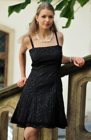 Černé dívčí taneční šaty z mačkaného taftu s flitry.