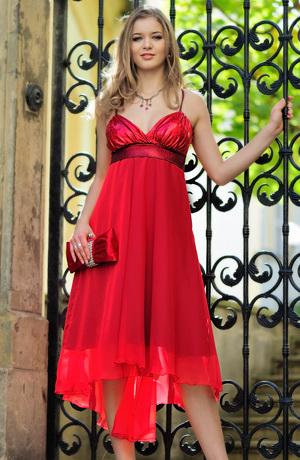 Šaty s bolerkem, řaseným sedlem a šikmou sukní.