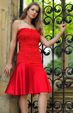 Červené taneční šaty z gumičkovaného taftu