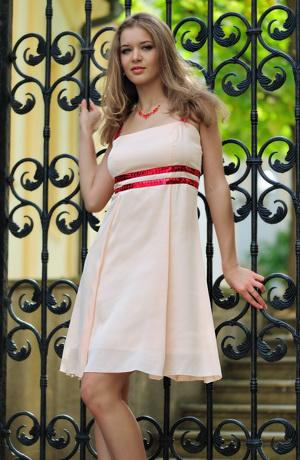 Dívčí šaty do tanečních s dvěma pruhy pod sedýlkem.