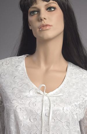 Sváteční bílá halenka s plastickým stříbrným potiskem.