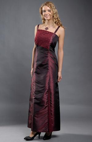 Dlouhé šaty z lesklého taftu s tylovým zdobením.