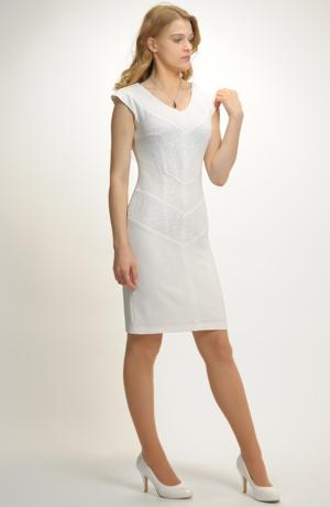 Elegantní pouzdrové šaty na svatbu v kombinací více materiálů