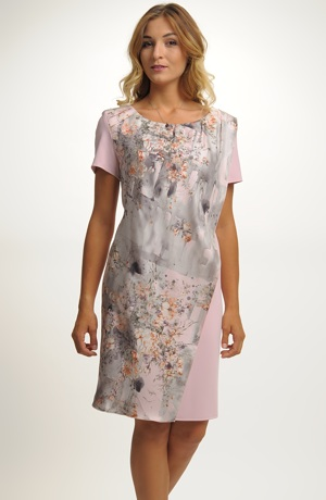 Šaty s jemným vzorem v pastelové růžové barvě