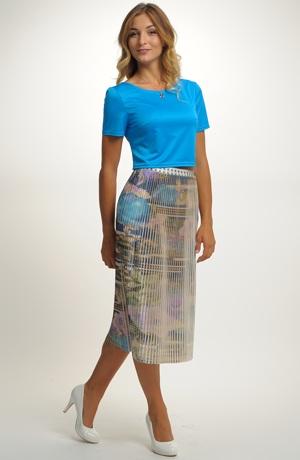 Mladistvý outfit tvoří kombinace topu a sukně