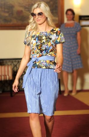 Módní outfit tvoří kombinace topu a plisé sukně