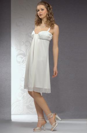 Svatební šaty do přiléhavého sedýlka s řasením na prsou.
