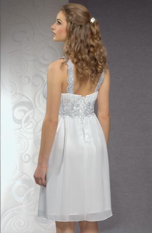 Svatební šaty s řasením na prsou jsou zdobené krajkou.