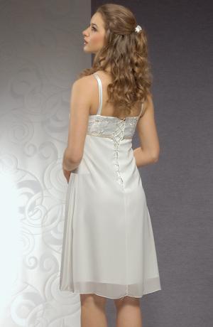 Svatební šaty do přiléhavého sedýlka s plastickou výšivkou.
