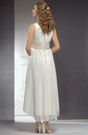 Svatební šaty s řasením na živůtku a bohatá kolová sukně.