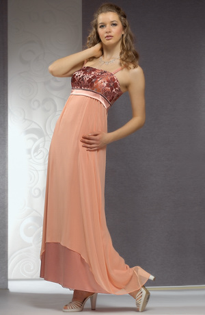 Svatební šaty s bohatou kolovou sukní z jemného šifónu.