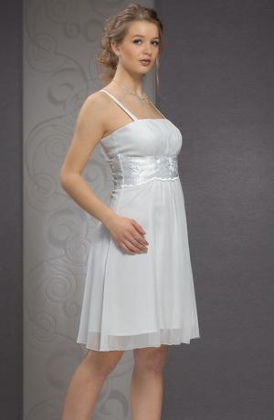 Bílé svatební minišaty s řasením pod prsy a výšivkou.