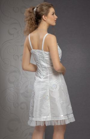 Krátké svatební šaty na ramínka zdobené stužkou pod prsy.