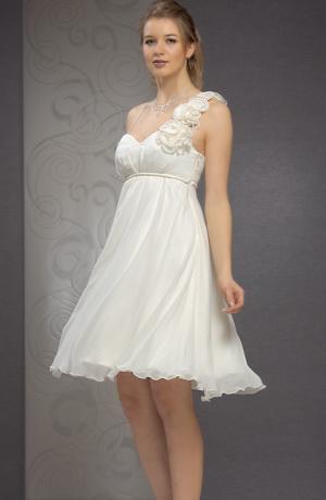 Krátké svatební šaty na tenká ramínka s efektní ozdobou.