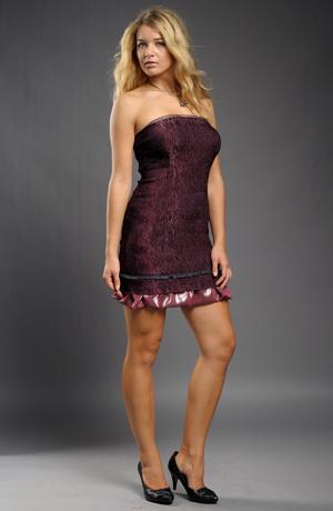 Vínové šaty bez ramínek vhodné i do tanečních