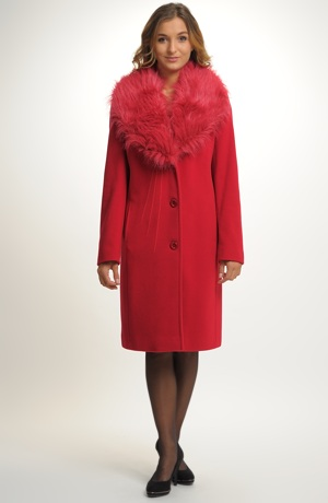 Mladistvý červený kabát