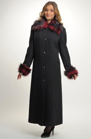 Kabát s kožešinovým límcem v maxi délce