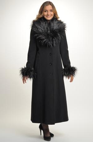 Elegantní mladistvý černý kabát v maxi délce