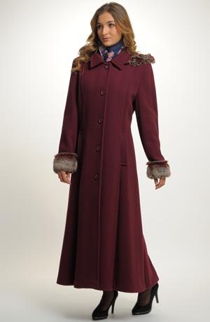 Dámský vínový kabát s kapucí lemovanou kožešinou