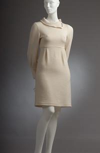 Krémové pletené minišaty do sedla s nabíráním pod prsy a na rukávech, velký límec na kovové knoflíky