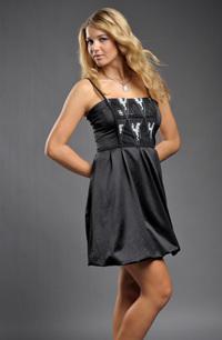 Šaty s balónkovou sukní.