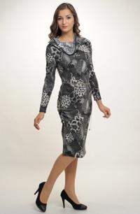 Pleteninové šaty do práce s netradičně řešeným vysokým rolákem,