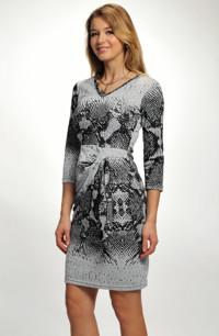 Společenské šaty z úpletu zdobené sklady a provlečenou mašlí