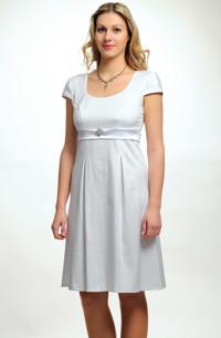 Krátké empírové svatební šaty s rukávky.