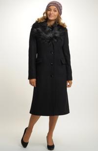 Dlouhý dámský vlněný kabát s kožešinovým límcem