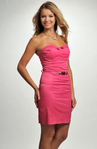 e92b4d5f243 Tubové společenské šaty bez ramínek zdobené páskem v barvě pink